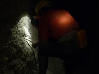 Le mineur fait un trou pour poser la dynamite