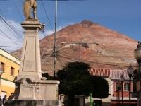 Centre ville de Potosi, avec la mine qui surveille...