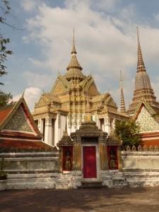Temples aux alentours du bouddha couche